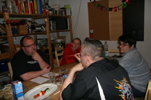 Erstlesertreffen in unserer Küche - Stefan äußert eine pointierte Meinung, ich lausche gebannt. :-)